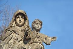Maagdelijke Mary met de baby Jesus Christ in haar wapens stock afbeelding