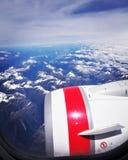 Maagdelijke motor en sneeuw afgedekte bergen Royalty-vrije Stock Fotografie