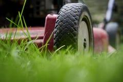 Maai gazon lage hoek van grasmaaier scherp gras stock fotografie