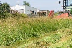 Maai gras met een voormaaimachine royalty-vrije stock foto's