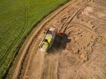 Maaidorser - de Luchtmening van modern maaidorser bij het oogsten de tarwe op het gouden tarwegebied in de zomer Stock Foto's