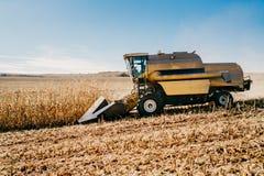 Maaidorser die op de gebieden werken Landbouwlandbouwer die met machines werken stock foto's