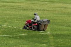 Maaiend gras in een voetbalstadion Royalty-vrije Stock Foto