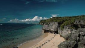 Maak afgezonderd wit die strand met klippen schoon van bovengenoemd worden bekeken - Geger-strand, Bali stock footage