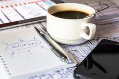 Maak bedrijfsoplossingen, het werk in het bureau Stock Foto's