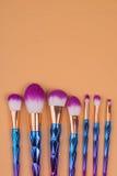 Maak borstels omhoog geïsoleerde pastelkleurachtergrond Stock Foto's