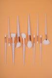 Maak borstels omhoog geïsoleerde pastelkleurachtergrond Stock Fotografie