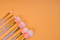 Maak borstels omhoog geïsoleerde pastelkleurachtergrond Stock Afbeelding