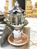 Maak de kaars van de verdienstestookolie Glanzende vlam in de olie die in tempel Thailand wachten royalty-vrije stock foto's