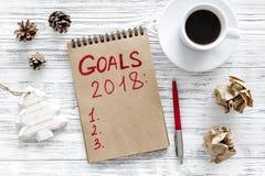 Maak een doelstellingen lijst voor 2018 Notitieboekje dichtbij pen en kop van koffie op grijze houten hoogste mening als achtergr Stock Afbeeldingen