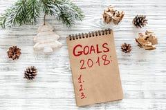 Maak een doelstellingen lijst voor 2018 Notitieboekje en Kerstmisdecoratie op houten hoogste mening als achtergrond Royalty-vrije Stock Afbeeldingen