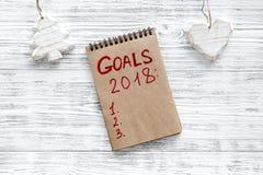 Maak een doelstellingen lijst voor 2018 Notitieboekje en Kerstmisdecoratie op houten hoogste mening als achtergrond copyspace Royalty-vrije Stock Afbeelding