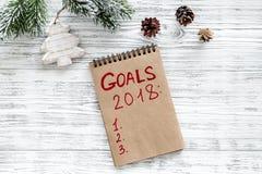 Maak een doelstellingen lijst voor 2018 Notitieboekje en Kerstmisdecoratie op houten hoogste mening als achtergrond copyspace Royalty-vrije Stock Foto's