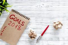 Maak een doelstellingen lijst voor 2018 Notitieboekje, pen en gerimpelde bladen van document hoogste mening als achtergrond copys Royalty-vrije Stock Foto's