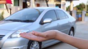 Maak een overeenkomst over het kopen van auto, of het huren van een auto stock video