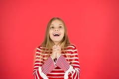 Maak een wens Hoop voor het beste Meisjes hoopvolle opgewekte gezicht die wens maken Geloof in mirakel Kindmeisje die haar wens d stock foto's