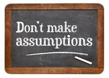 Maak geen veronderstellingen - bordteken Stock Fotografie