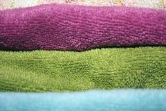 Maak gevouwen handdoeken van verschillende kleuren schoon - close-up stock foto