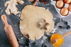 Maak het deeg voor peperkoekkoekjes Stock Foto