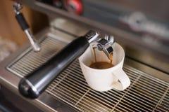 Maak hete koffie met machine Royalty-vrije Stock Afbeeldingen