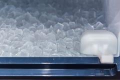 Maak koel ijsblok van ijs het maken machine schoon royalty-vrije stock foto's
