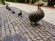 Maak manier voor eendjesbeeldhouwwerk, Novodevichy-Park, Moskou, Russ Royalty-vrije Stock Afbeelding