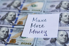 Maak meer geldnota over een dollar factureert achtergrond Royalty-vrije Stock Fotografie