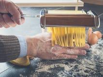 Maak met de hand eigengemaakte deegwaren stock foto's