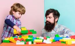 Maak met inspiratie de bouwvliegtuig met kleurrijke aannemer Liefde Kindontwikkeling kleine jongen met papa het spelen stock afbeeldingen