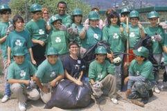 Maak & milieuvrijwilligers Green? bij een rivierschoonmaakbeurt schoon, een deel van de Korpsen van het Behoud van Los Angeles stock afbeelding
