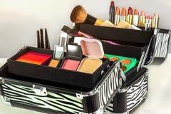 Maak omhoog geval die kleurrijke oogschaduw, lippenstiften, lippenglos bevatten stock foto's