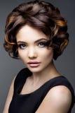 Maak omhoog Glamourportret van mooi vrouwenmodel met verse make-up en romantisch golvend kapsel Stock Foto's