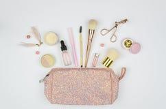 Maak omhoog glanzende zak en reeks van professionele decoratieve schoonheidsmiddelen, make-uphulpmiddelen en toebehoren op witte  royalty-vrije stock fotografie