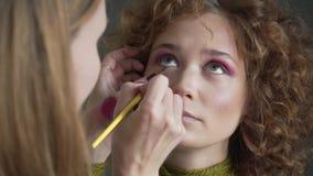 Maak omhoog kunstenaar die beroeps doen omhoog van jonge vrouw maken stock video