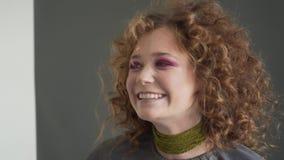 Maak omhoog kunstenaar die beroeps doen omhoog van jonge vrouw maken stock videobeelden