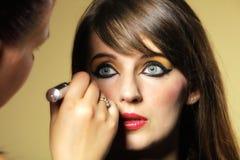 Maak omhoog kunstenaar die oosterse oostelijke make-up toepassen royalty-vrije stock fotografie