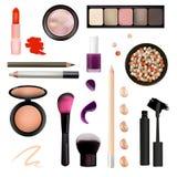 Maak omhoog Kunstenaar Objects lippenstift, oogschaduwwen, eyeliner, camouflagestift, nagellak, borstels, potloden, paletten, poe Royalty-vrije Stock Fotografie