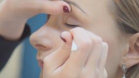 Maak omhoog kunstenaar zettend op mascara op de modelogen van ` s Het oog maakt omhoog stock footage
