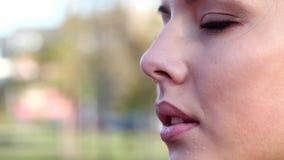 Maak omhoog op een modelgezicht stock video