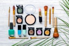 Maak omhoog plaatsen met decoratieve schoonheidsmiddelen op van de vrouwenlijst hoogste mening als achtergrond Stock Afbeelding