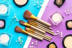 Maak omhoog plaatsen met decoratieve schoonheidsmiddelen op van de vrouwenlijst hoogste mening als achtergrond Stock Afbeeldingen