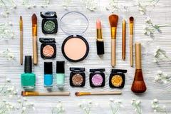 Maak omhoog plaatsen met decoratieve schoonheidsmiddelen op van de vrouwenlijst hoogste mening als achtergrond Stock Foto