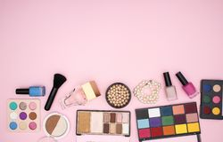 Maak omhoog producten op de bodem van de roze achtergrond stock foto's