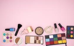 Maak omhoog producten op de bodem van de roze achtergrond royalty-vrije stock foto