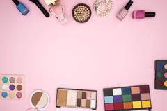 Maak omhoog producten op de bovenkant en de bodem van de roze achtergrond stock afbeelding