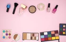 Maak omhoog producten op de bovenkant en de bodem van de roze achtergrond royalty-vrije stock foto