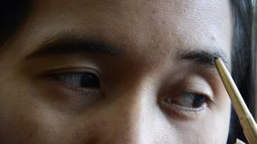 Maak omhoog tot Levensstijl het Thaise wenkbrauwpotlood van het vrouwengebruik stock footage