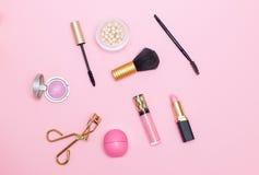 Maak omhoog tot producten roze achtergrond Vlak leg royalty-vrije stock afbeelding