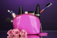 Maak omhoog zak met schoonheidsmiddelen en borstels royalty-vrije stock afbeeldingen