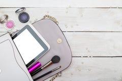 Maak omhoog zak met schoonheidsmiddelen en borstels royalty-vrije stock afbeelding